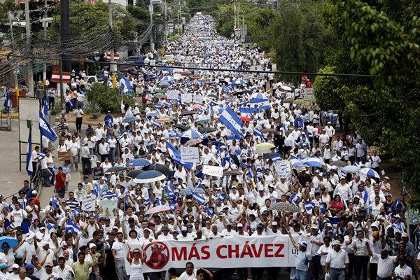 """40 tusen demonstranter i Tegucigalpa säger """"Inte mer Chávez"""""""