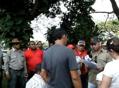 Några av Chavez rödskjortor stjäl en gård i Venezuela.