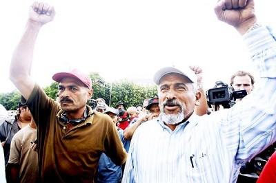 """""""Motståndsrörelsen"""", vars ledare Juan Barahona syns till höger, hoppas att motståndarna i kvällens fotbollsmatch mot El Salvador skall vinna."""