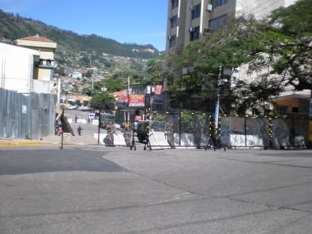 Brasiliens ambassad ligger uppefter sidogatan bakom avspärrningen. Där har Zelaya suttit sedan den 21 september.