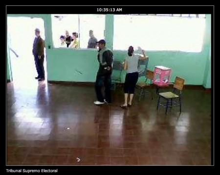 Honduraner som röstar i Col. Kennedy, observerade via internetkamera.