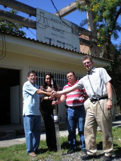 Här ger jag propptagaren till Dr. Sandoval på ENEE. Eva och Manuel håller i den.