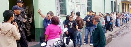 Väljare i kö för att rösta då vallokalen öppnades i Honduras i morse.