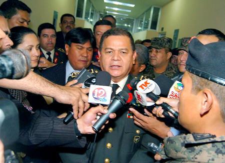 Romeo Vasquez, militärchefen, som står åtalad jämte 5 kollegor, då han lämnade rättegångssalen i högsta domstolen.