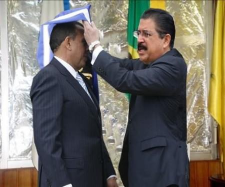 Mel Zelaya symbolically passes on the presidency to Pepe Lobo.