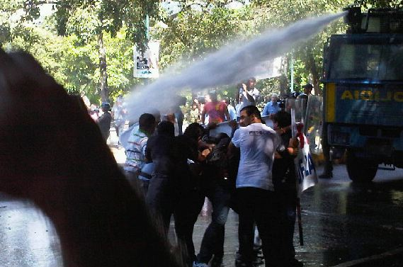 Water cannon against peaceful university students, Caracas. Courtesy @AnyelitzYanez