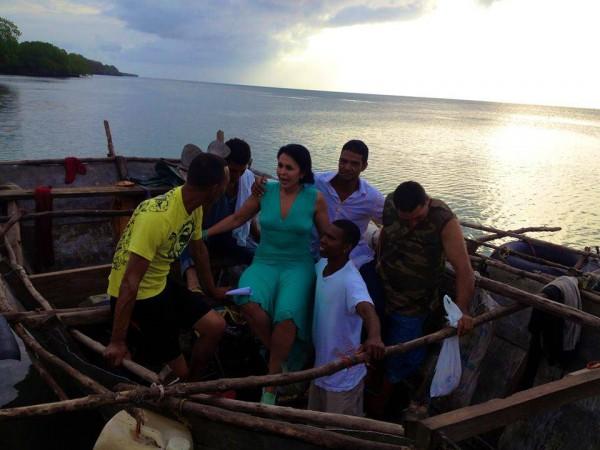 Maria Conchita Alonso pratar med båtflyktingar som just landat i Honduras från Kuba