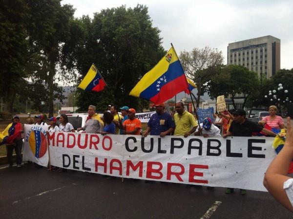 """Protestmarch i Valencia, Carabobo Venezuela igår. Banderollen säger """"Maduro bär skulden för hungern""""."""